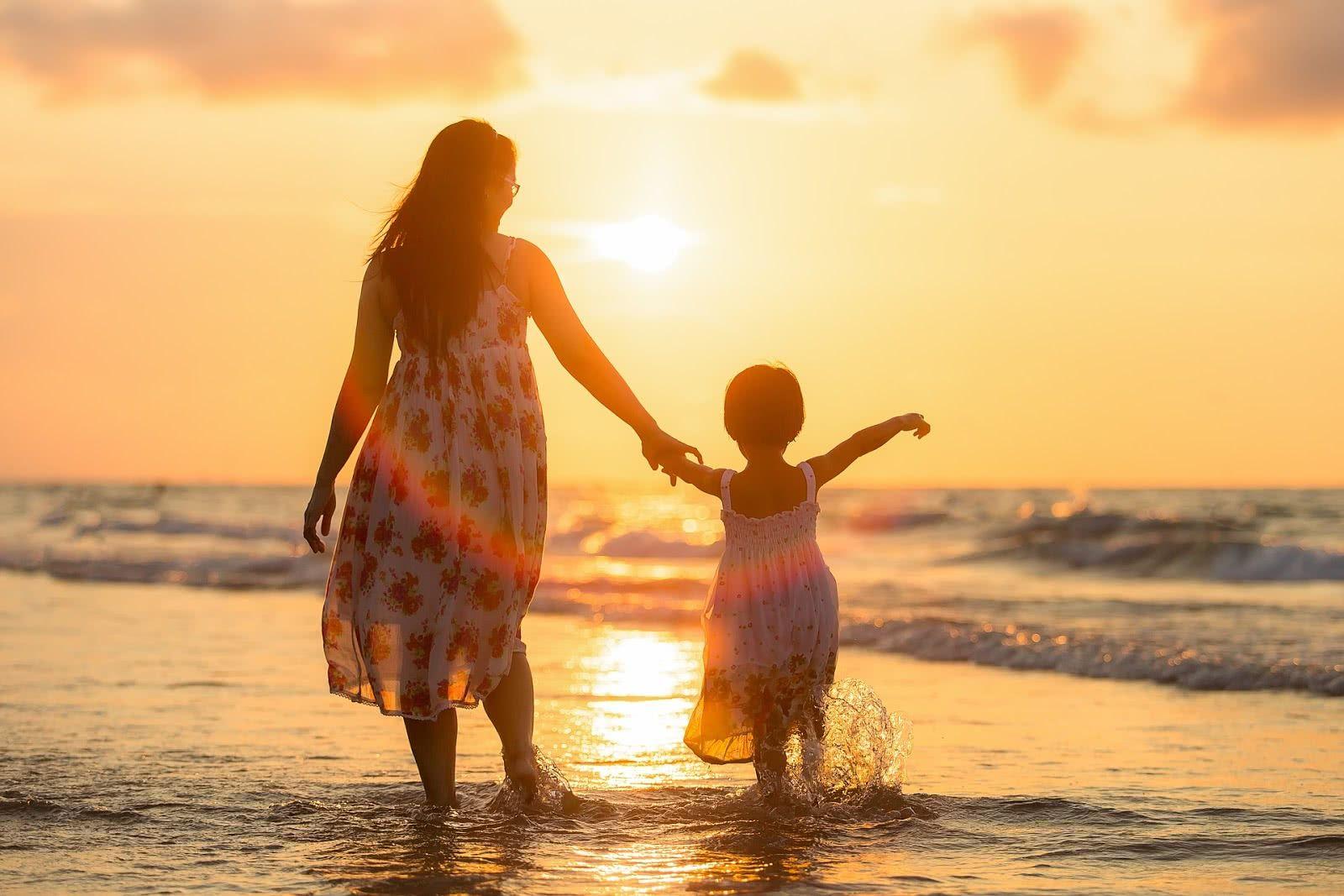 Картинки мама с ребенком на руках в лучах солнца
